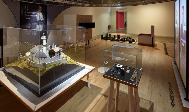 Mitmachstation zum Thema Burgherrin©Jürgen Vogel, LVR-LandesMuseum Bonn.jpg