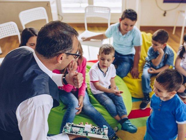 Privatschule Gruppe mit Lehrer